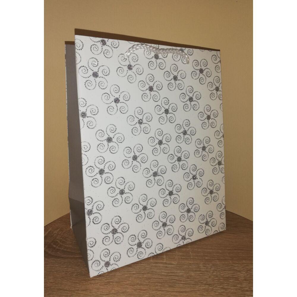 Dísztasak közepes méretű 23x18x10 fehér,ezüst csillámos mintás